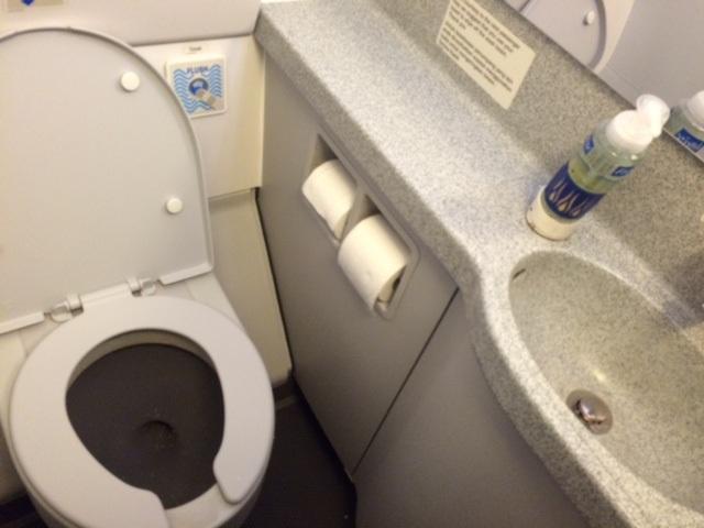 Lịch sử WC trên máy bay đã đi qua chặng đường rất dài – nhưng hiếm khi được ghi nhận một cách xứng đáng