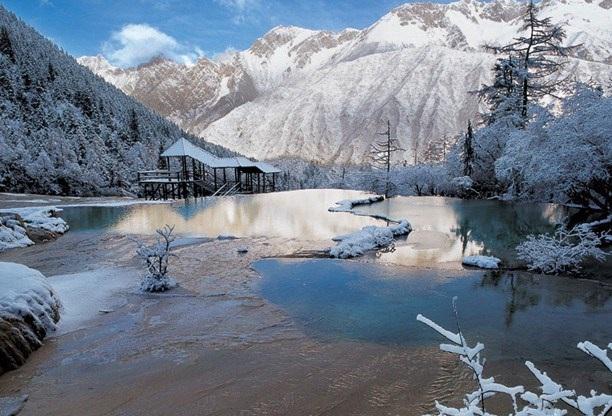 Khi chuyển mùa sang đông, Cửu Trại Câu đẹp lãng mạn trên nền tuyết trắng xóa