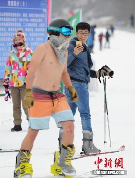 Khu trượt tuyết còn xuất hiện các thanh niên trong trang phục mỏng manh