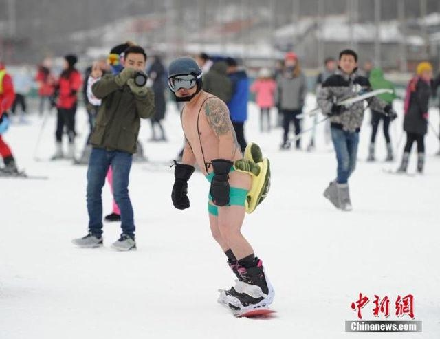 Dàn mẫu diện bikini giữa trời lạnh thu hút khách tới trượt tuyết - 4