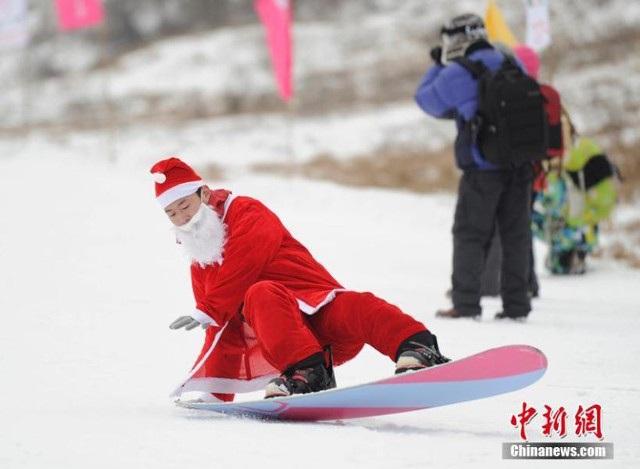 Một thanh niên trong trang phục ông già Noel cũng xuất hiện