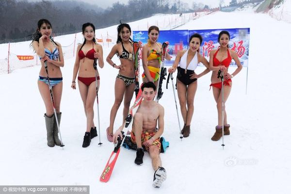 Trước đó, dàn mẫu mặc bikini xuất hiện tại buổi khai trương khu trượt tuyết ở Thanh Đảo gây nhiều tranh cãi dư luận