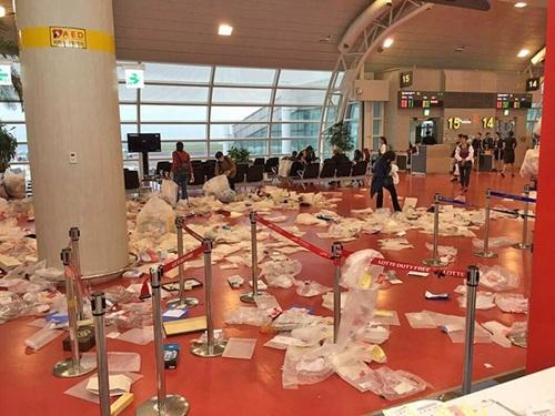 Trước đó, cảnh tượng khách Trung Quốc thản nhiên vứt rác ở sảnh chờ sân bay đảo Jeju, biến nơi này thành bãi rác lớn, khiến nhiều người ngán ngẩm