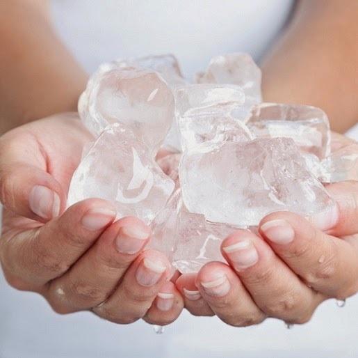 Dùng đá lạnh massage là một trong những phương pháp tự nhiên có hiệu quả mà không gây nguy hiểm