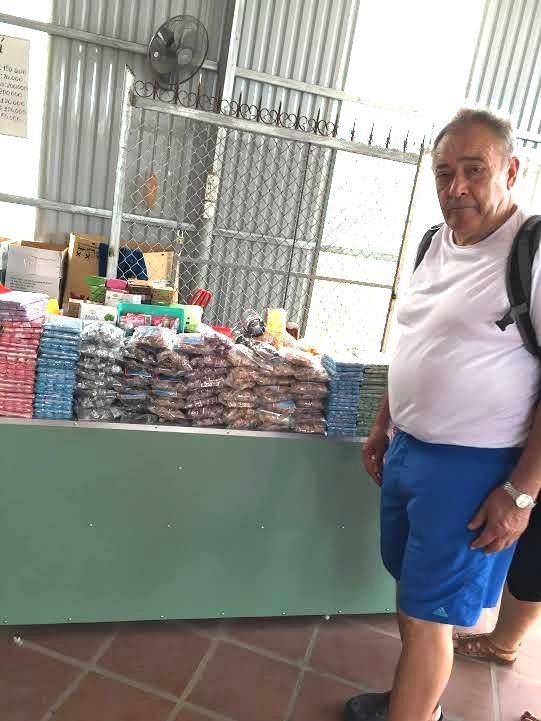 Một vị khách nước ngoài tới xem mặt hàng kẹo dừa và các sản phẩm làm từ dừa