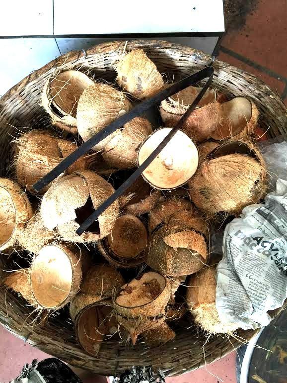 Vỏ dừa khô để nguyên một góc sau khi phần cơm dừa bên trong được nạo sạch.