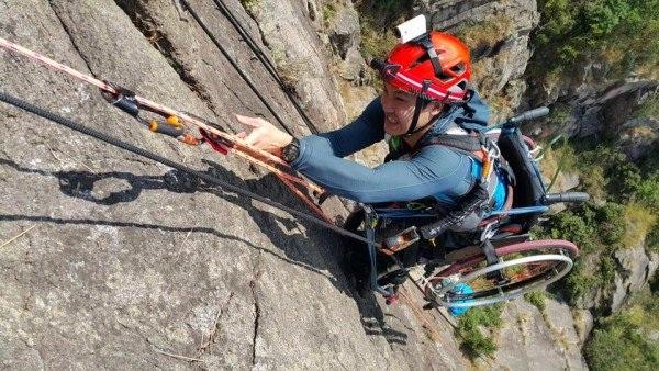 Cảm phục chàng trai chinh phục vách núi dựng đứng bằng xe lăn - 1