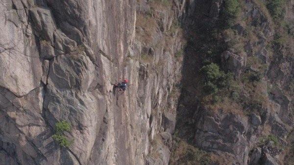 Cảm phục chàng trai chinh phục vách núi dựng đứng bằng xe lăn - 2