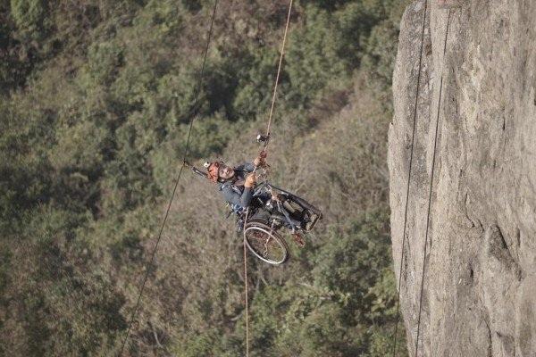 Cảm phục chàng trai chinh phục vách núi dựng đứng bằng xe lăn - 3