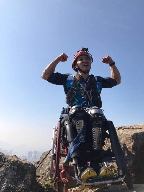 Cảm phục chàng trai chinh phục vách núi dựng đứng bằng xe lăn - 4
