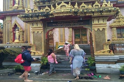 Nữ du khách Nga bị la ó khi mặc đồ xuyên thấu vào thăm ngôi đền thiêng ở Phuket