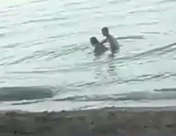 Cặp đôi thân mật quá mức ở bãi biển công cộng, nơi rất đông người qua lại