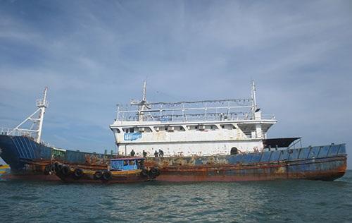 Con tàu không thuỷ thủ bị trôi dạt ở Bình Thuận, được nhận định ban đầu là không còn được sử dụng đã lâu