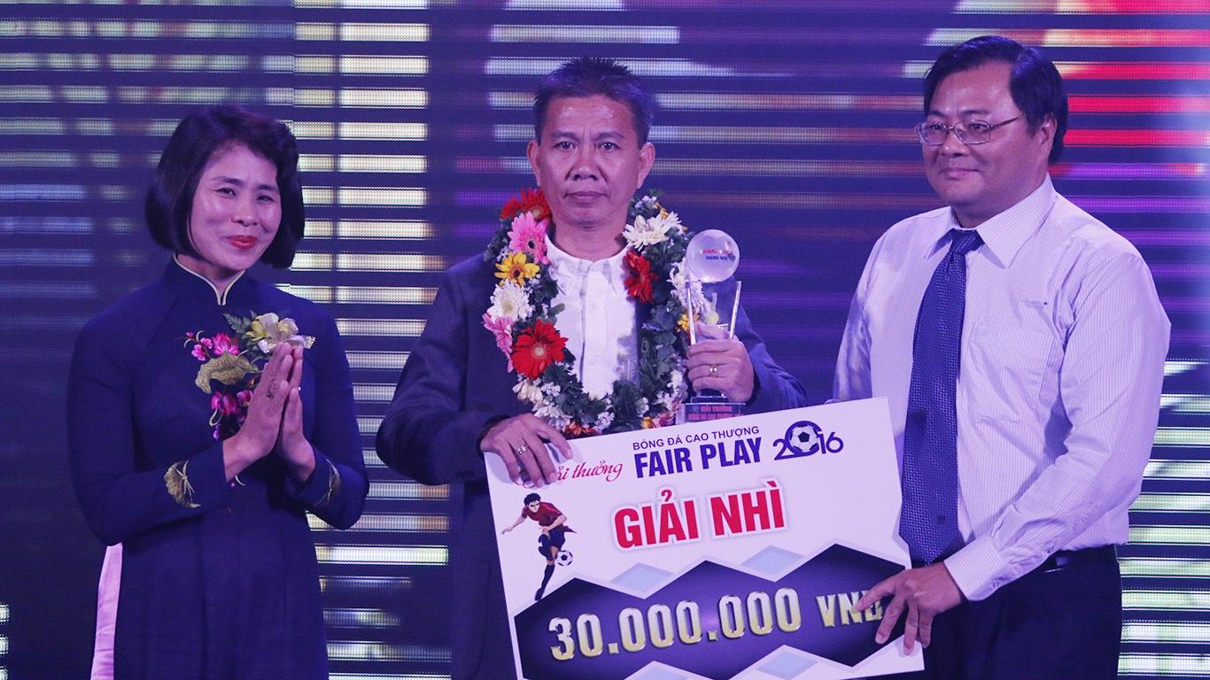 HLV Hoàng Anh Tuấn (U19 Việt Nam) nhận bảng danh vị hạng nhì (ảnh: Nguyễn Đình)