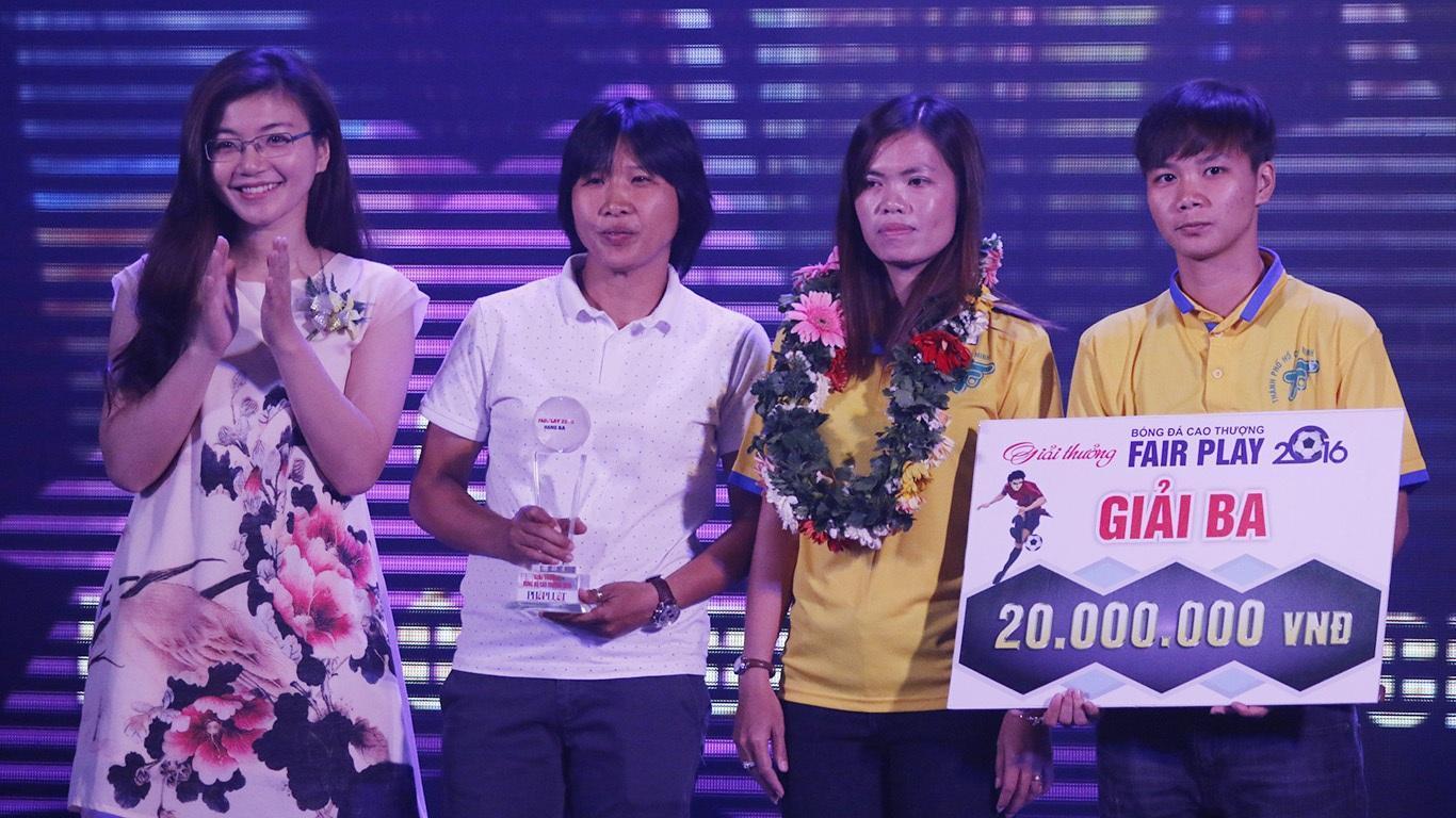 Đội bóng đá nữ TPHCM nhận bảng danh vị hạng ba (ảnh: Nguyễn Đình)
