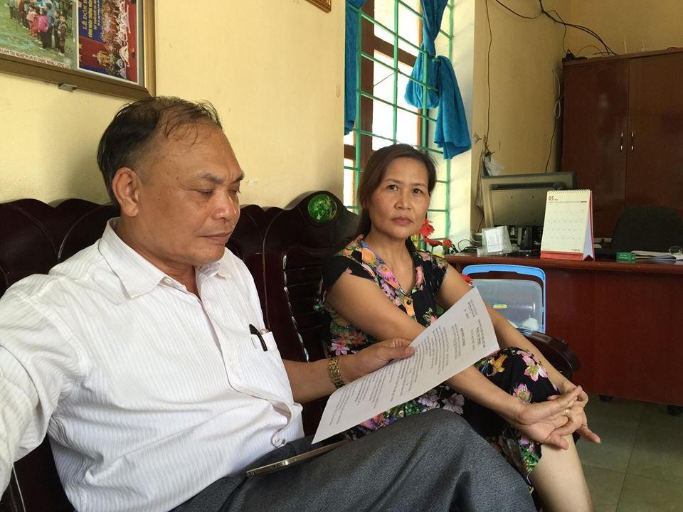 Cán bộ Tư pháp phường Văn An đang xem bản hợp đồng không số. Bên cạnh là bà Trần Thị Dung, Hiệu trưởng Trường Mầm non Văn An.