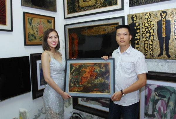 Trước đó, họa sĩ Đức Đàn tặng bức tranh sơn mài Thánh Gióng cho Thúy Hằng để cô bán đấu giá từ thiện.