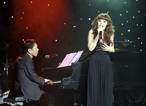 Không ít lần Phú Quang đệm đàn cho nữ ca sĩ đặc biệt của mình hát trên sân khấu.