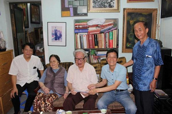 Vợ chồng nhạc sĩ Nguyễn Đức Toàn chụp ảnh kỷ niệm cùng nhạc sĩ Quang Vinh (trái), nhạc sĩ Trương Ngọc Ninh, nhạc sĩ Lân Cường (phải) vào đầu tháng 9/2016.
