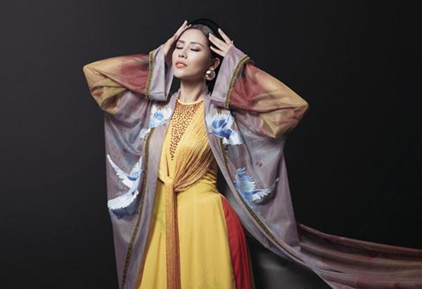 Nguyễn Thị Loan khoe trang phục dân tộc đẹp lạ - 3