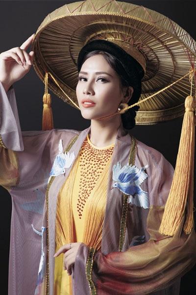 Nguyễn Thị Loan khoe trang phục dân tộc đẹp lạ - 5
