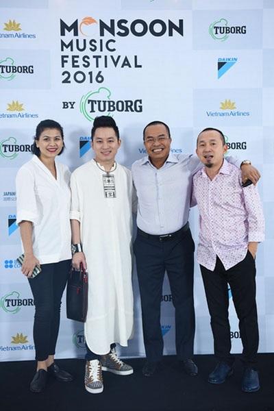 Đại diện nhà tài trợ Daikin chụp hình cùng ca sĩ Tùng Dương và nhạc sĩ Quốc Trung.