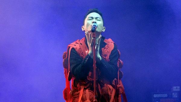 Tùng Dương với phong cách quái trên sân khấu.