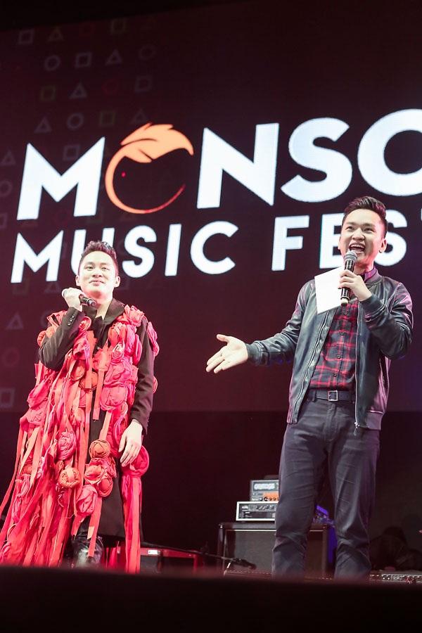 MC Hạnh Phúc giới thiệu ca sĩ Tùng Dương.