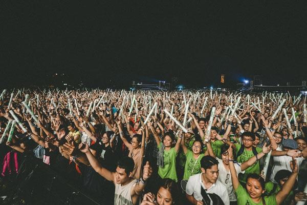 Lần hiếm hoi, MC Hạnh Phúc quậy tưng cùng hàng ngàn khán giả tại Hoàng Thành Thăng Long trong đêm thứ hai của Lễ hội âm nhạc quốc tê Gió mùa 2016.