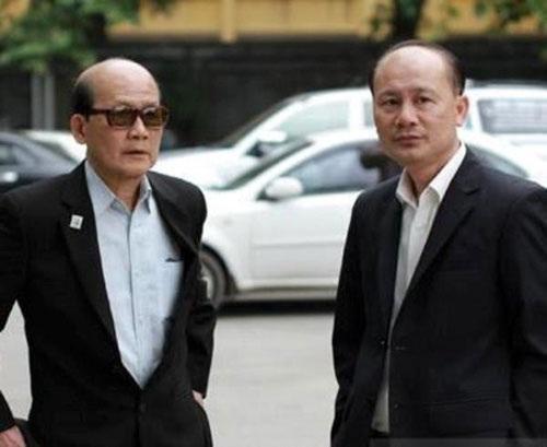 Phạm Bằng (trái) trong lễ tang diễn viên Văn Hiệp.