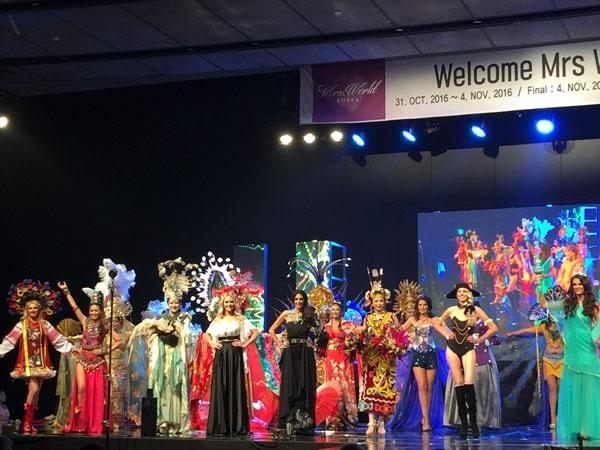 Các thí sinh trình diễn trang phục dân tộc (Ảnh: NVCC)