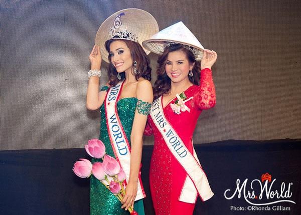 Hoa hậu quý bà thế giới Kim Hồng tặng hoa sen và nón lá cho Tân Hoa hậu Quý bà Thế giới.