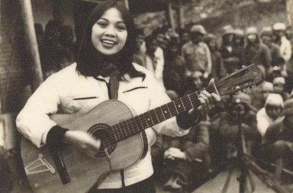 Thái Bảo vừa ôm đàn guitar vừa hát tại biên giới Việt - Trung năm 1983.