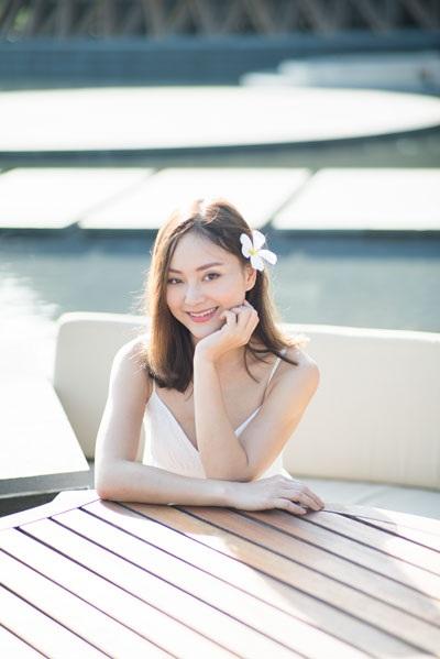 Với mái tóc ngắn buông lơi, Lan Phương giữ được nét đẹp trẻ trung, dễ thương.