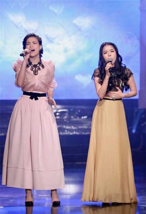 Hồ Ngọc Hà- Lệ Quyên hát trên sân khấu.