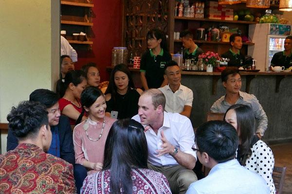 Hoàng tử William có buổi cà phê trò chuyện với các nghệ sĩ như ca sĩ Hồng Nhung, nhạc sĩ Thanh Bùi, nghệ sĩ Xuân Bắc... (Ảnh: An Bình)