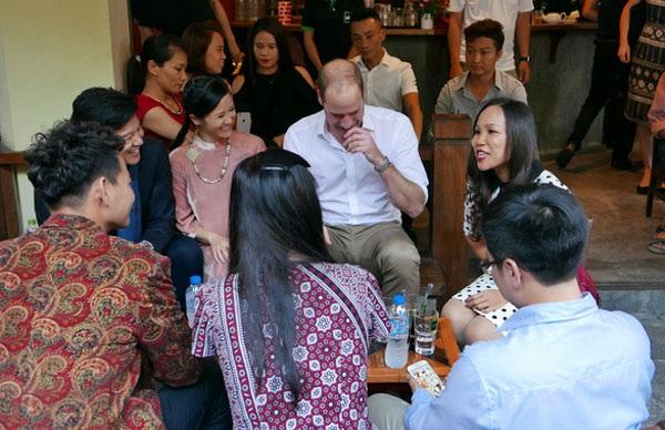 Hoàng tử William bật cười trước sự hài hước của nghệ sĩ Việt Nam (Ảnh: An Bình)