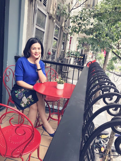Sau hơn 10 năm vào vai vợ tướng tình báo, Hoàng Xuân vẫn giữ được nét đẹp mặn mà, duyên dáng.