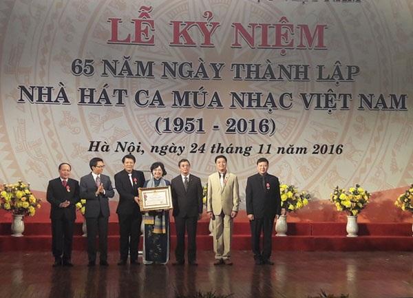Nhà hát Ca Múa Nhạc Việt Nam đón nhận Huân chương Lao động hạng Nhất từ Phó Thủ tướng Vũ Đức Đam (Ảnh: Thanh Hằng).