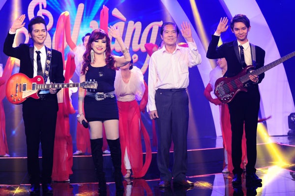 Hình ảnh hiếm hoi của Bảo Yến, chồng- nhạc sĩ Quốc Dũng và hai con trai trên sân khấu trong liveshow tôn vinh nhạc sĩ Quốc Dũng vào cuối năm 2015 tại Hà Nội.