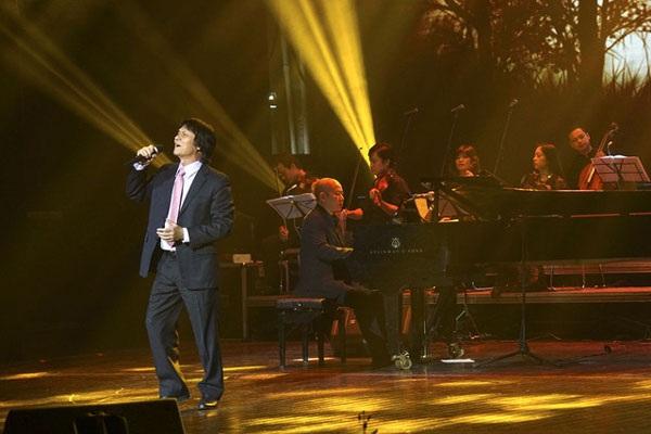 NSƯT Quang Lý biểu diễn trong đêm nhạc Phú Quang ngày 4/11 (Ảnh: Hữu Nghị)