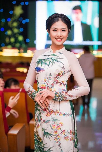 Hoa hậu Ngọc Hân duyên dáng trong tà áo dài truyền thống.
