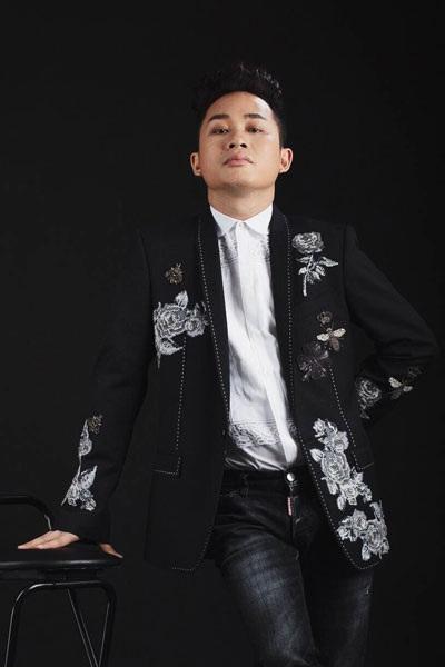 """Bên cạnh quan điểm về thời trang, Tùng Dương cũng rất rõ ràng trong việc nhìn nhận về âm nhạc, đặc biệt là con đường đi của mình. Nhiều người cho rằng, vài năm trở lại đây, Tùng Dương trở nên """"ồn ào"""" hơn, sự tinh tế có vẻ như đã giảm đi so với thời anh là """"chàng thơ"""" của Lê Minh Sơn."""