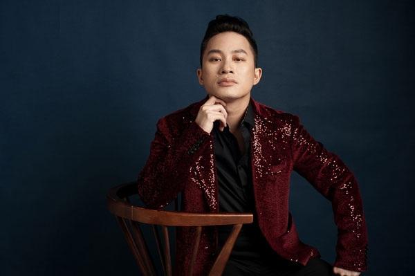 """Thế nhưng, trong liveshow """"Giao thoa"""" sắp tới Tùng Dương đã chấp nhận """"mặc"""" comple – điều khác biệt hoàn toàn với hình ảnh của anh (cả thời trang lẫn âm nhạc), đó là sự thay đổi đáng ngạc nhiên..."""