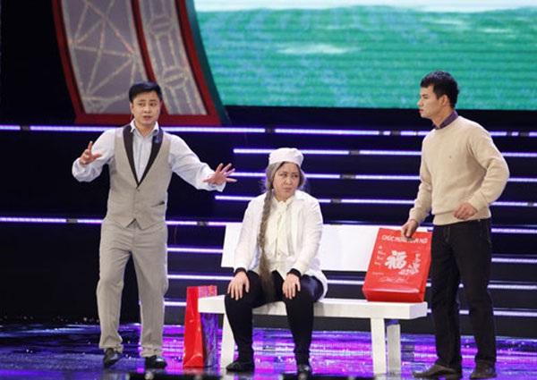 Tự Long, Xuân Bắc tung hứng với nghệ sĩ Hồng Vân trên sân khấu hài chương trình Xuân phát tài 2015.