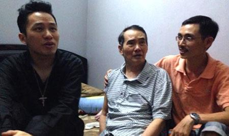 Nhạc sĩ Thế Song (giữa) bị tai biến liệt nửa người năm 2014. Con trai ông, nhạc sĩ Thế Hiển (phải) và ca sĩ Tùng Dương (trái)
