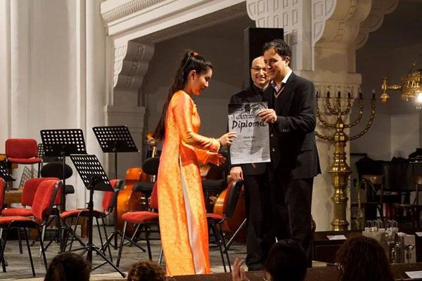Cô gái Việt 16 tuổi nhận giải Ba tại cuộc thi piano quốc tế. (Ảnh: Quang Đông)