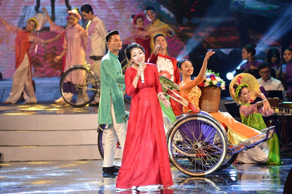 Ca sĩ Anh Thơ hát về Huế đầy ngọt ngào trên sân khấu.