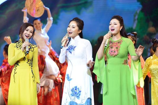 Từ trái qua: Võ Hạ Trâm, Bạch Trà và Tân Nhàn thể hiện ca khúc Hà Nội- Huế- Sài Gòn.