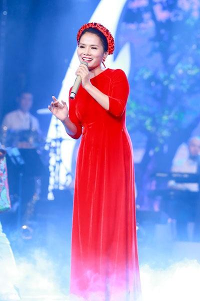 Giọng hát từng đoạt giải nhất Sao Mai dòng nhạc dân gian 2007 đẹp mặn mà, duyên dáng trên sân khấu Mùa đông xứ Huế khi thể hiện Huế và em của tác giả Nhật Ngân.